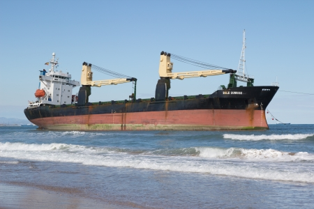 VALENCIA, SPAIN - SEP 30: The cargo ship BSLE Sunrise of Panama runs aground at the El Saler Beach after a big storm on September 30, 2012 in Valencia, Spain. 新聞圖片