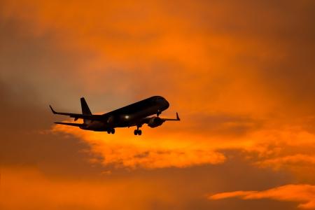 r image: Silhouette di un aereo in avvicinamento all'aeroporto. Archivio Fotografico