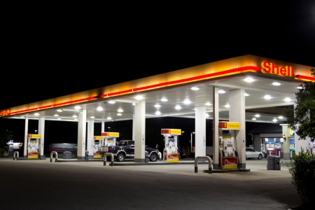 estacion de gasolina: JACKSONVILLE, FL-07 de abril: la gasolinera Shell, el 7 de abril de 2012 en Jacksonville, Florida. Según Forbes, el Real holandesa petrolera Shell es la quinta compañía más grande en el mundo con 90.000 empleados en más de 80 países.