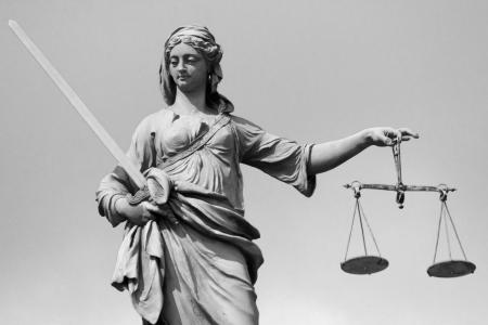 dama de la justicia: La Estatua Se�ora Justicia en Dubl�n, Irlanda Foto de archivo