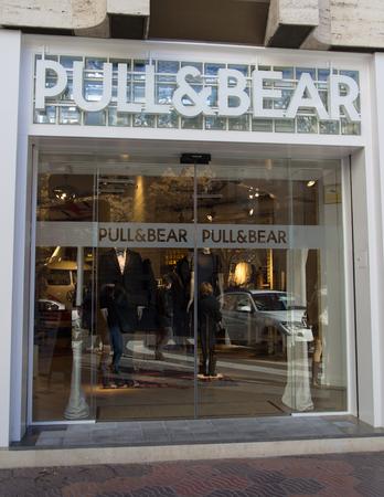 VALENCIA, Spanje - 27 december: Een Pull & Bear retail kledingwinkel in Valencia, Spanje op 27 december 2013. Pull & Bear is gestart in 1991 en heeft momenteel 850 winkels kledingwinkels internationaal.