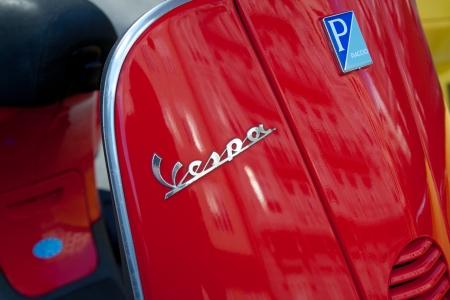VALENCIA, SPAGNA - 28 Gennaio 2014: Primo piano dettagliato di Vespa logo parcheggiata in strada di Valencia. Vespa è un marchio italiano scooter prodotto da Piaggio. Il nome significa vespa in italiano. Archivio Fotografico - 25476364