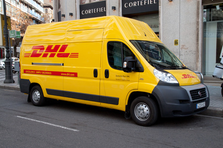 バレンシア, スペイン - 2014 年 1 月 28 日: A DHL 配達用バン バレンシアの市内中心部の路上。DHL は 220 世界カ国以上 285,000 の従業員で運営する世界広い 報道画像