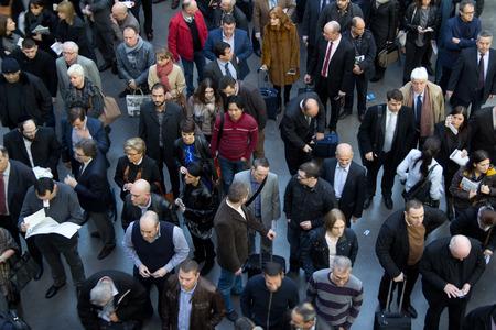 バレンシア, スペイン - 2014 年 2 月 12 日: Valencia で 2014年フェリア生息地 Valencia 見本市を入力する待っているビジネス人々 の群衆。