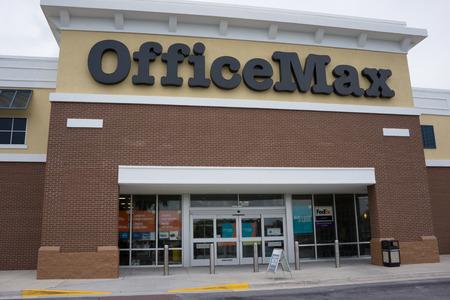 retail chain: Jacksonville, FL - 11 maggio 2014: Un negozio al dettaglio OfficeMax. OfficeMax � una catena di negozi di forniture per ufficio che � stata acquisita da Office Depot nel 2013, creando il pi� grande degli Stati Uniti per ufficio forniture catena.