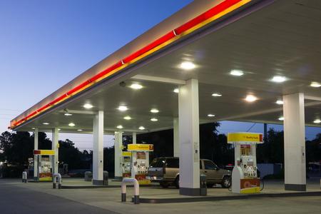 bomba de gasolina: JACKSONVILLE, FL-16 de mayo 2014: Una estación de gasolina Shell en madrugada en Jacksonville. Según Forbes, el Real holandesa petrolera Shell es la empresa quinto más grande en todo el mundo. Editorial