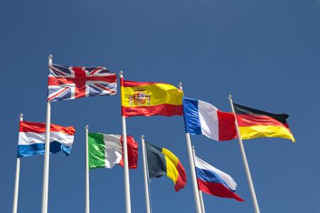 cooperativismo: Banderas de pa�s internacional con el cielo azul.