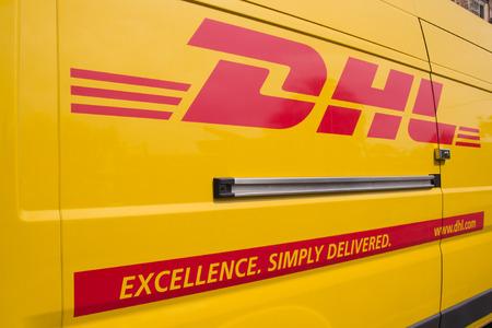 バレンシア, スペイン - 2014 年 6 月 10 日: A DHL 配達用バン Valencia の市内中心部の路上。DHL は 220 世界カ国以上 285,000 の従業員で運営する世界広い宅配 報道画像