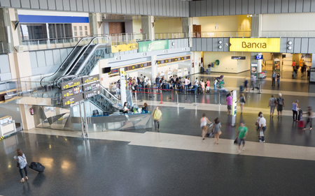 VALENCIA, SPAIN - JUNE 22, 2014: Departures and check in area in Valencia airport - situated 8 km from the city it is the 8th busiest Spanish airport with flight connections to 15 European countries. 新聞圖片