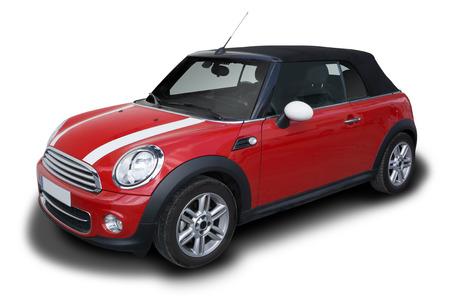 Rode Mini Cooper Convertible auto geparkeerd op een witte achtergrond. Redactioneel
