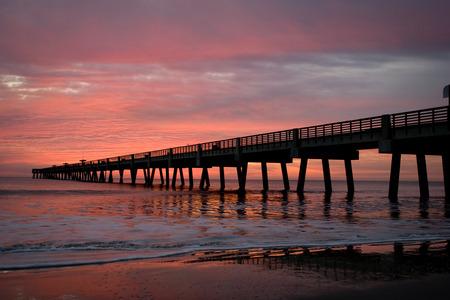 早朝にジャクソンビル ・ ビーチ釣り桟橋。 写真素材