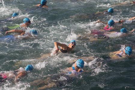 Valencia, Spanien - 6. September 2014: Frauen-Athleten in der Badebereich des Frauen Toro Loco Valencia Triathlon. Standard-Bild - 31343138