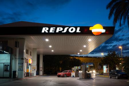 Valencia, Spanien - 19. September 2014: Ein Repsol Tankstelle in frühen Abend. Repsol ist eine spanische multinationale Öl- und Gasgesellschaft mit Sitz in Madrid. Es ist die 15. größte Kraftstoffraffinerieunternehmen in der Welt. Standard-Bild - 31690092