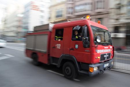 camion de bomberos: MADRID, ESPAÑA - 10 de octubre 2014: Un camión de bomberos a toda velocidad por las calles de Madrid. Debido a la ley española, sólo la policía utiliza luces y ambulancias azules y camiones de bomberos tienen que utilizar luces de color ámbar.