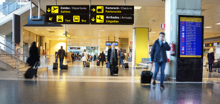 mostradores: Los pasajeros de avi�n en un aeropuerto internacional