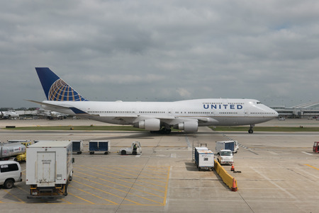 747 400: CHICAGO, ILLINOIS  USA - 30 agosto 2015: Un Boeing 747-422 United Airlines rotolare giù per la pista di rullaggio a O'Hare Airport durante il suo normale volo passeggeri. United Airlines ha sede a Chicago. Editoriali