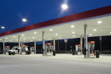 Jacksonville, Florida, EE.UU. - AGOSTO 5, 2015: Una estación de servicio Puerta de petróleo en la noche. Puerta de Petróleo tiene su sede en Jacksonville y tiene más de 225 estaciones de servicio en seis estados, con más de 2.200 empleados.