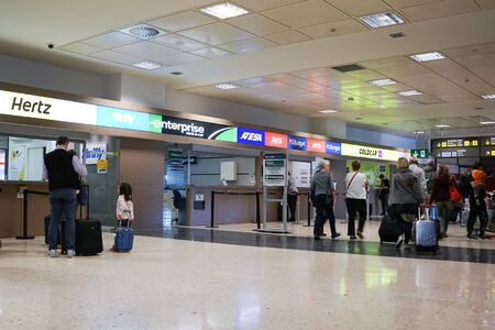 VALENCIA, SPAIN - APRIL 21, 2016: Rental car counter at the Valencia Airport. Approximately 4.98 million passengers passed through the Valencia airport in 2015. 新聞圖片