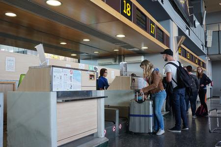 バレンシア, スペイン - 2016 年 4 月 30 日: 航空会社乗客のバレンシア空港の航空会社カウンターでチェックインします。約 498 万乗客は 2015 年に空港