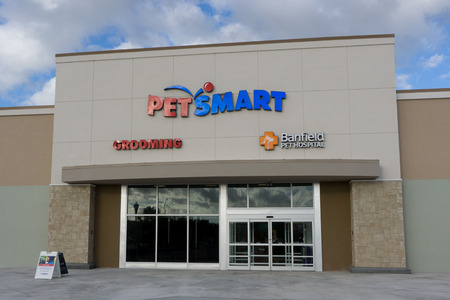 retail store: JACKSONVILLE BEACH, FLORIDA - OCTOBER 20, 2016: A Petsmart store in Jacksonville Beach. PetSmart is an American retail chain operating in the United States, Canada, and Puerto Rico which engages in the sale of specialty pet supplies and services. Editorial
