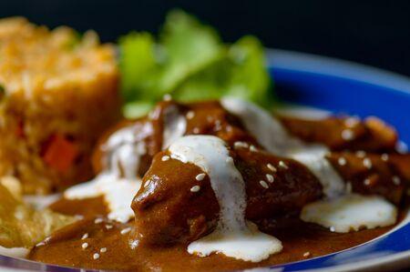 Mole Poblano Sauce mit Hühnchen und mexikanischem Reis