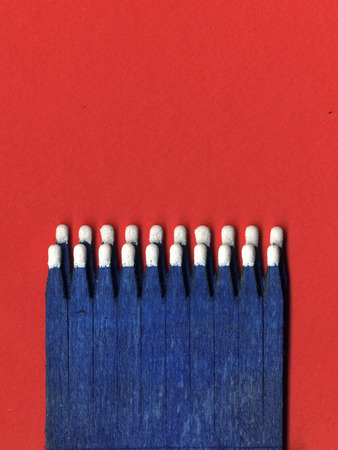 cerillos: Imagen de partidos azules sobre fondo rojo Foto de archivo