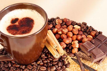 frothy: Tazza di caff� schiumoso circondata dai chicchi di caff�, dai bastoni della cannella, dalle nocciole, dai pezzi del cioccolato, dai baccelli di vaniglia e dallo zucchero grezzo. Priorit� bassa strutturata.
