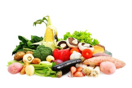 bounty: Naturaleza  's Bounty - muchas verduras frescas, aislados en blanco. Incluye diversos papas, verduras, ma�z, pimientos, cebollas, etc etc