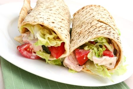 wraps: Chicken wrap sandwich ~ org�nica de pollo asado con ensalada fresca.