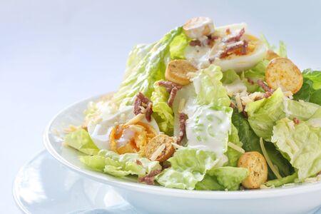ensalada cesar: Ensalada C�sar en el plato blanco, en ventana de luz natural.