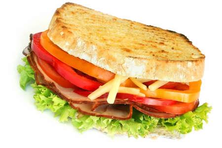 ham sandwich: Panino al prosciutto, con graffe lattuga, peperone, pomodoro, formaggio e mayo. Isolato su bianco.