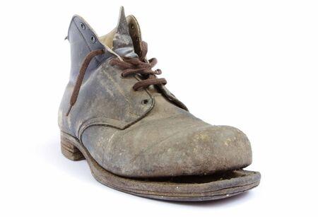 untied: Maltratadas de edad de inicio de trabajo, cayendo a pedazos. Mi padre compr� estas botas en la d�cada de 1940, y las llevaron hasta los �ltimos a�os de trabajo en torno a su casa. �l me dice todo esto arranque necesita es un poco de pegamento.