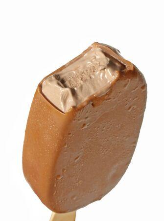 helados con palito: Recubiertos de chocolate en un palito de helado, con una mordida fuera. Primer plano, aislado en blanco