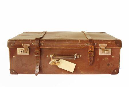 maletas de viaje: Vintage maleta de cuero marr�n, aislado en blanco. Con etiqueta de equipaje en blanco.
