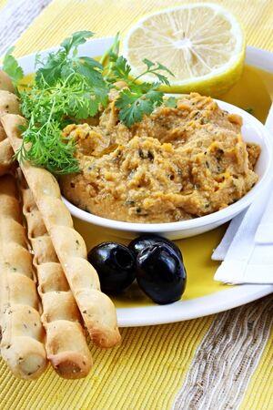cilantro: Hummus inmersi�n sirve con lim�n, cilantro o culantro, negro aceitunas y palitos de pan.