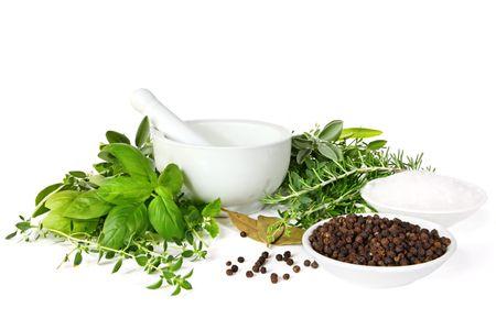 vijzel: Mortier en stamper met vers geplukt kruiden, de peperkorrels en zeezout, klaar voor slijpen. Omvat basilicum, tijm, rozemarijn, oregano, salie, munt en laurierbladen.