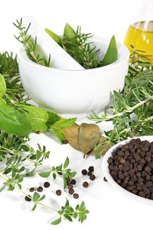 tomillo: Mortero y pestle con hierbas frescas, pimienta en grano y aceite de oliva. Listo para moler.  Foto de archivo