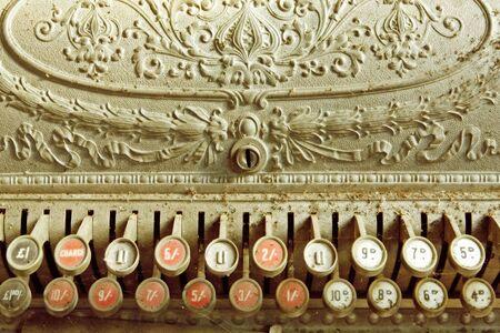 caja registradora: Vintage caja, cubierto de polvo y telara�as. Antiguos libras, chelines y peniques registro.