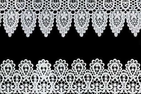 knotting: Pizzo bianco costituisce un delicato confine contro sfondo nero.  Archivio Fotografico