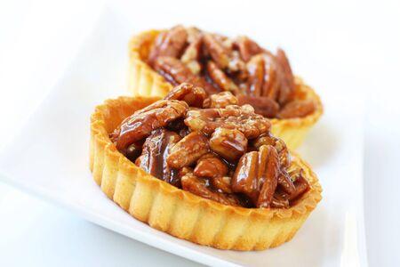 pecan pie: Peque�os individual pecan pie tartas. Una nuez dulce tratar. Someras DOF.  Foto de archivo