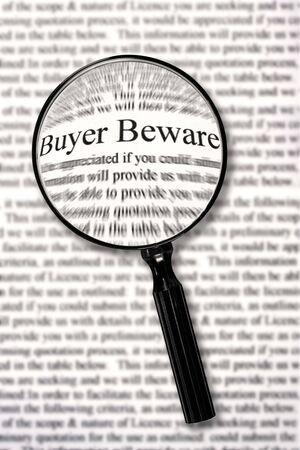 """Lupe über der Ausschreibungsunterlagen, Hervorhebung Worte """"buyer beware."""""""
