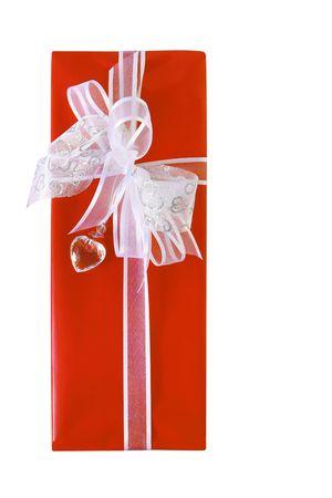 corazon cristal: ~ Regalo amoroso regalo envuelto en papel rojo, blanco de lujo con plata y cinta arcos, y un coraz�n de cristal de adorno.