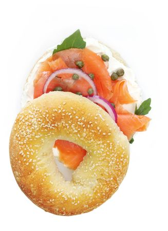 alcaparras: Bagel con salm�n ahumado, queso crema, alcaparras y cebolla roja. Mmmm!  Foto de archivo