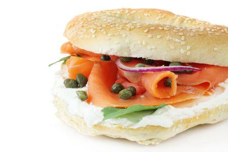 c�pres: Bagel au saumon fum�, fromage � la cr�me, c�pres et oignons rouges. Banque d'images