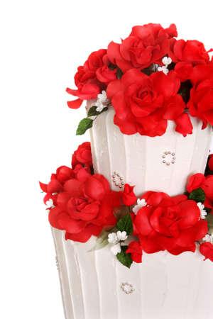 boda pastel: Pastel de bodas decorado con rosas rojas vibrante. Close-up.