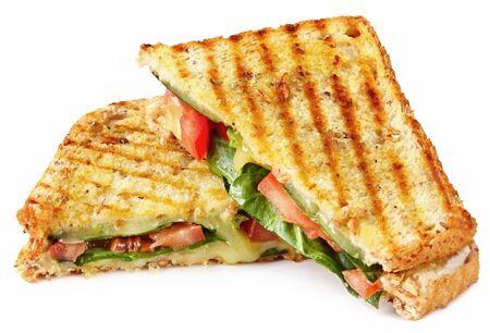 Gegrilde panini broodje of met het smelten van kaas, tomaat en spinazie bladeren, op volkoren brood.