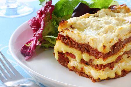 lasagna: Lasa�a de ternera con ensalada. De fusi�n de quesos de tipo mozzarella y ricotta - delicioso! Foto de archivo