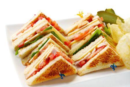 sottoli: Club sandwich di pollo con patate e patatine aneto sottaceti. Archivio Fotografico