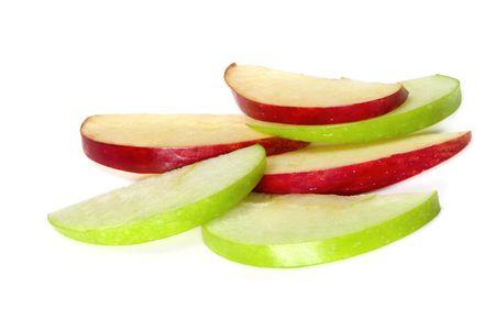 manzana verde: Rodajas de manzana, sobre fondo blanco. Cu�as delgadas de color verde Granny Smith y deliciosas manzanas rojas, hace una merienda saludable. Foto de archivo