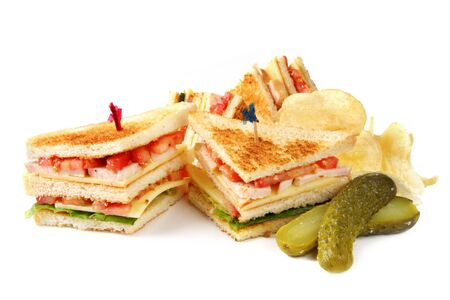 sandwich de pollo: Club sandwich con patatas fritas y un vinagre de eneldo. Aislado en blanco. Foto de archivo
